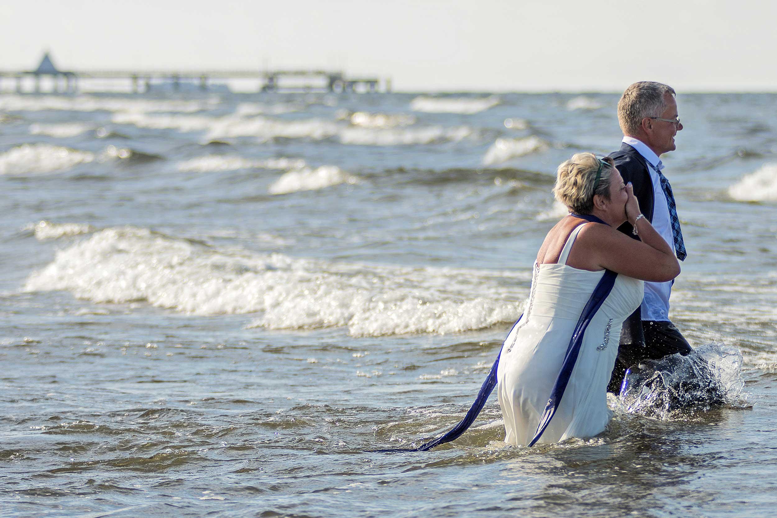 Hochzeitsfoto Brautpaar im Wasser Ahlbeck