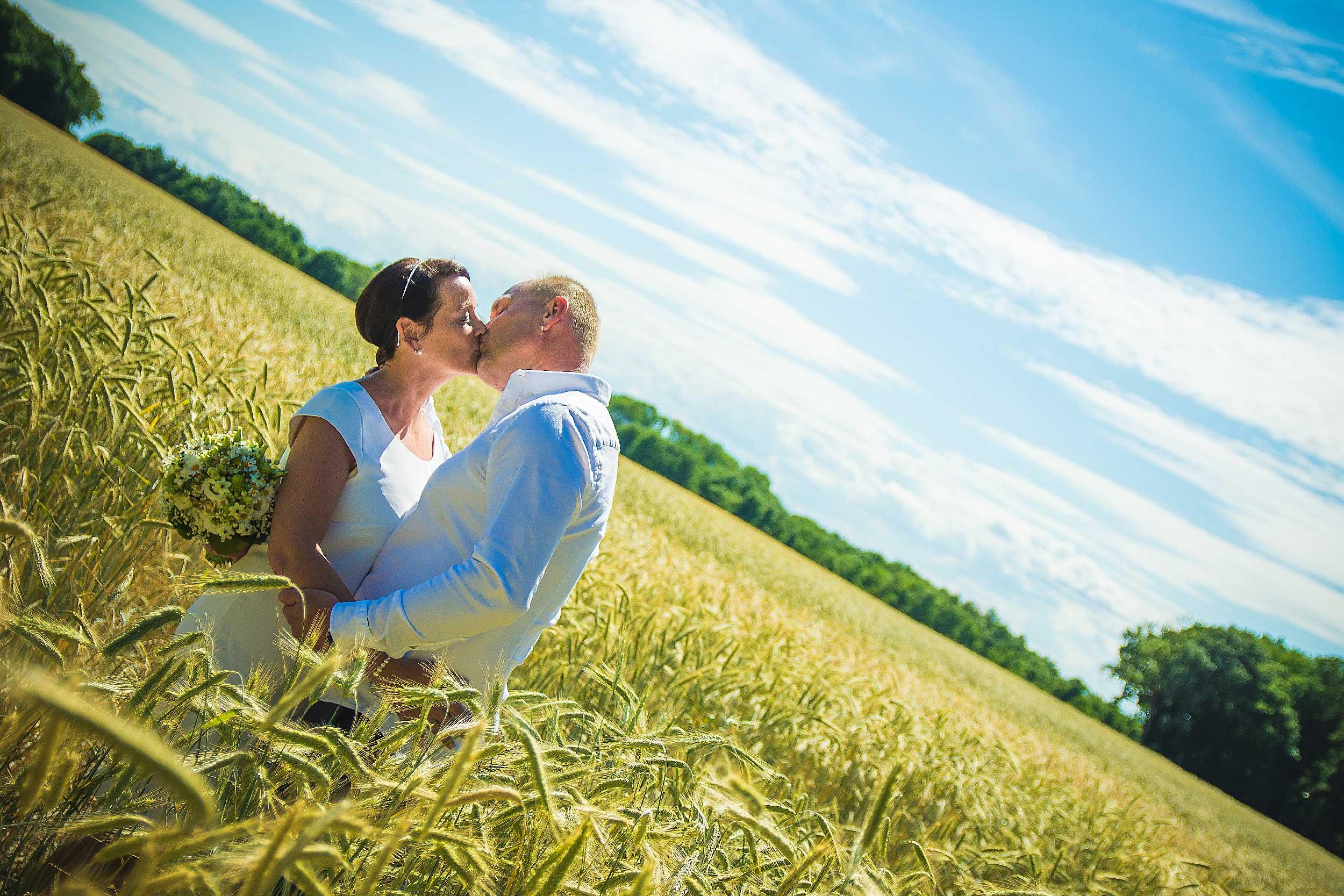 Hochzeitsfoto Wiese Kuss