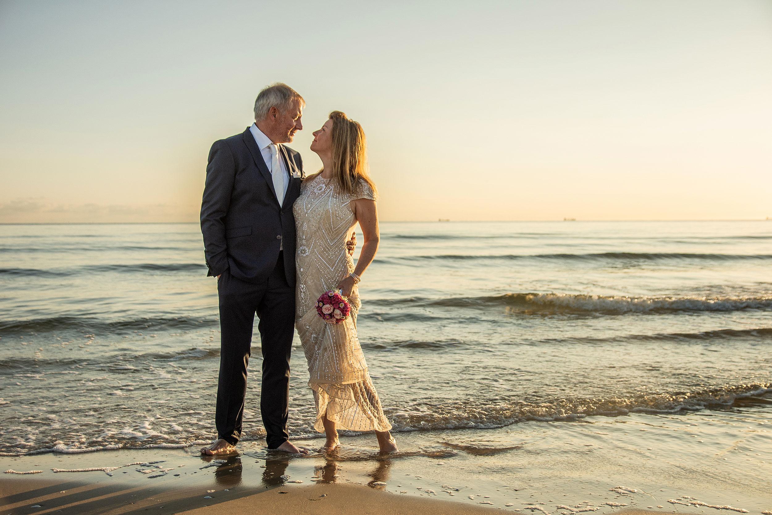 Hochzeitsfoto Brautpaar im Wasser