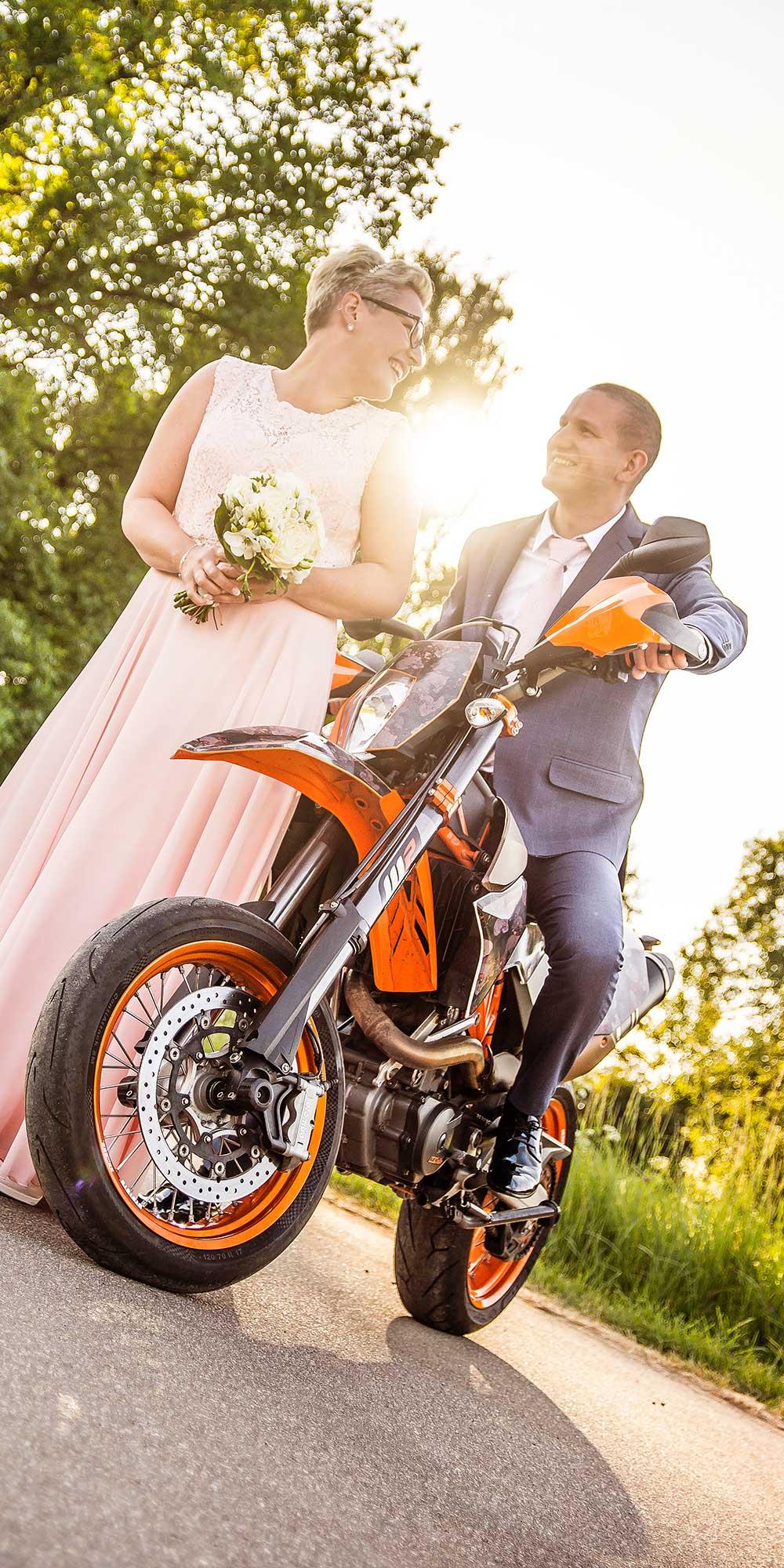 Hochzeitsfoto Motorrad Gegenlicht