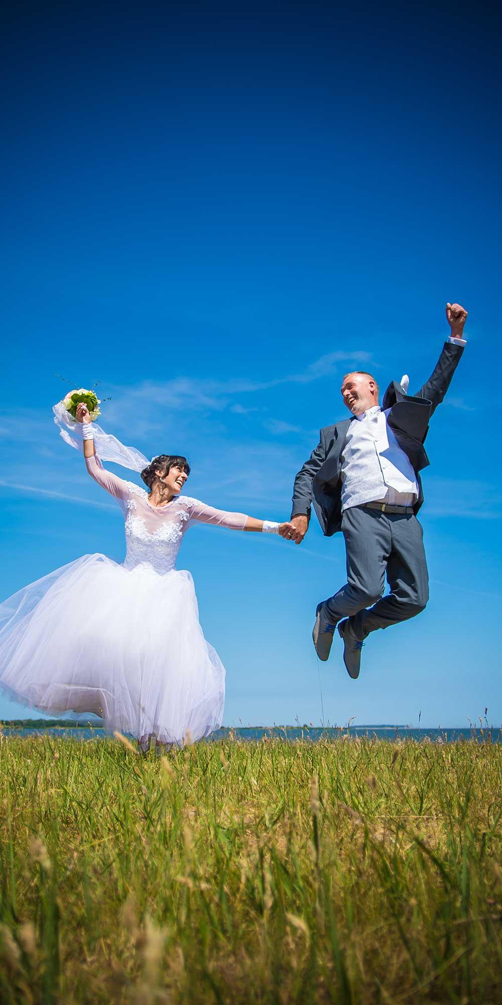 Hochzeitsfoto Sprung lachen Wiese