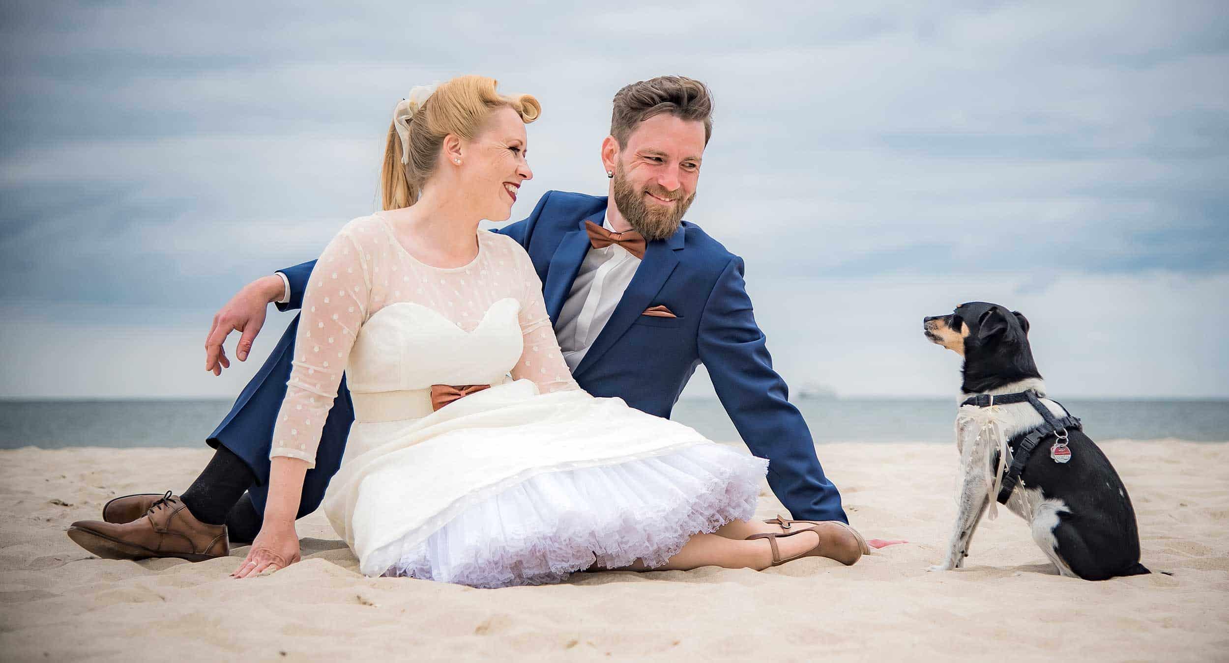 Brautpaar am Strand mit Hund