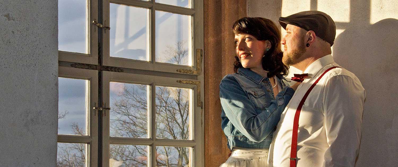 Brautpaar am Fenster im Sonnenlicht