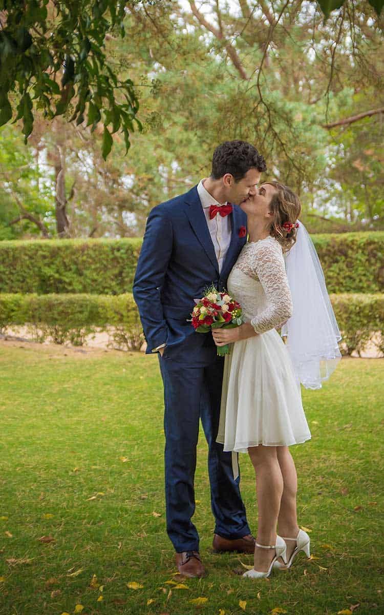 Brautpaar küsst sich auf der Promenade in Zinnowitz