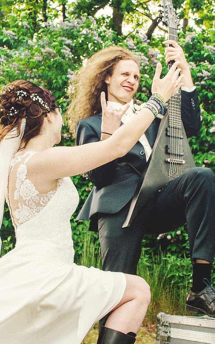 Brautpaar rockt seine Hochzeit mit Gitarre