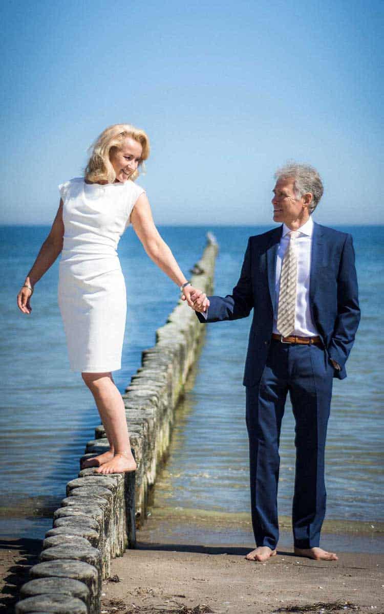 Brautpaar am Strand auf den Buhnen