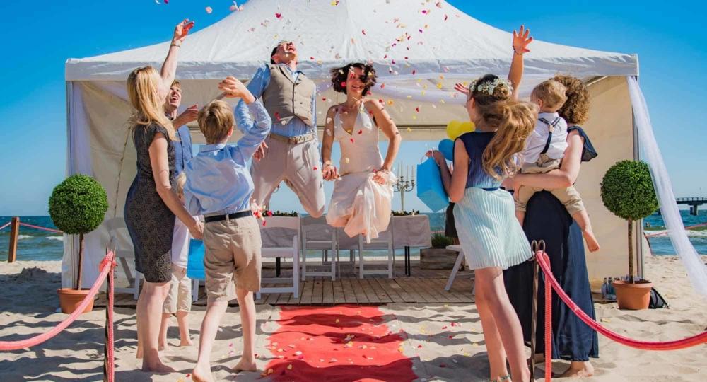 Brautpaar springt nach Ja Wort