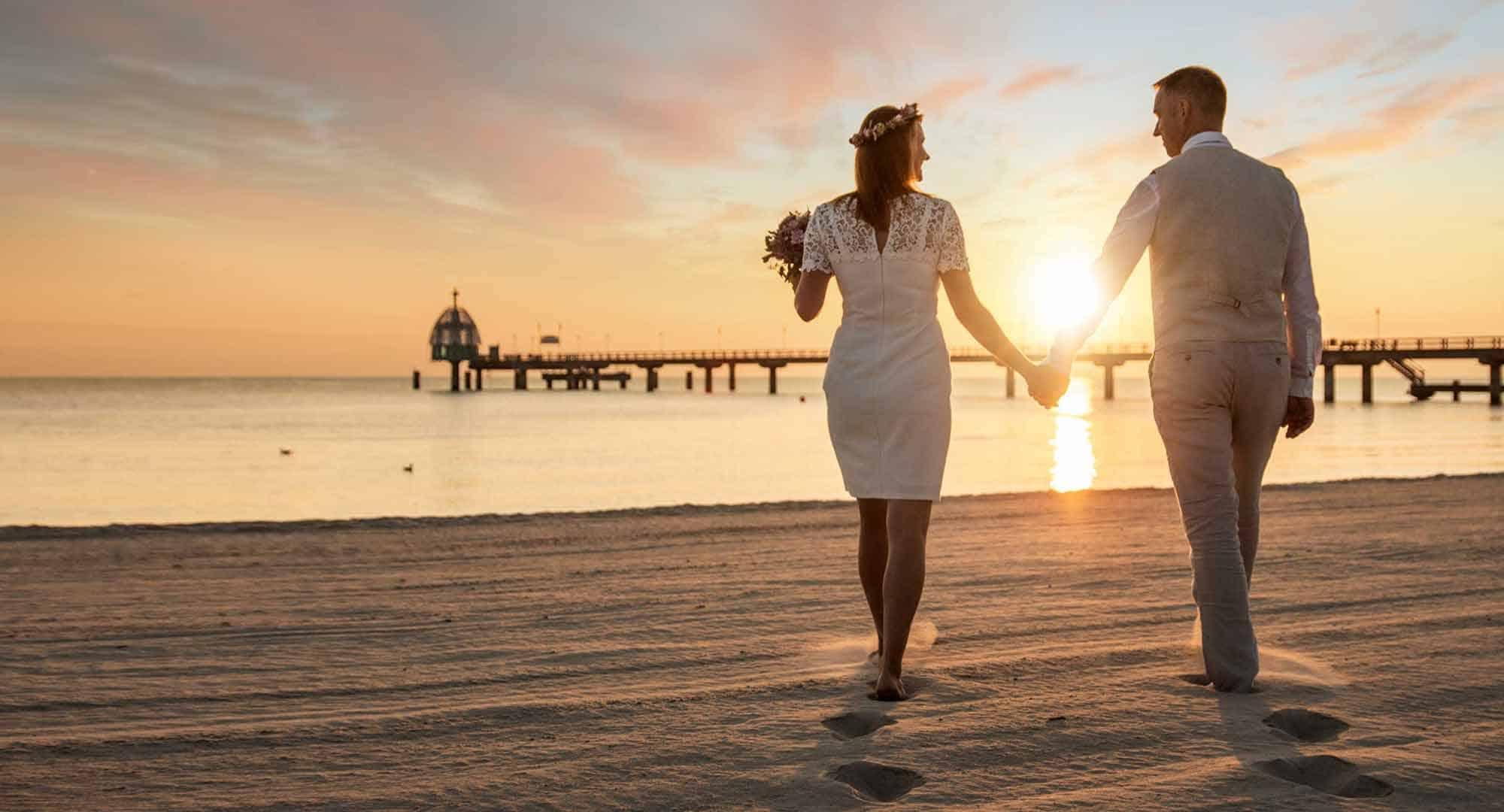 Brautpaar zum Sonnenaufgang auf der Insel Usedom