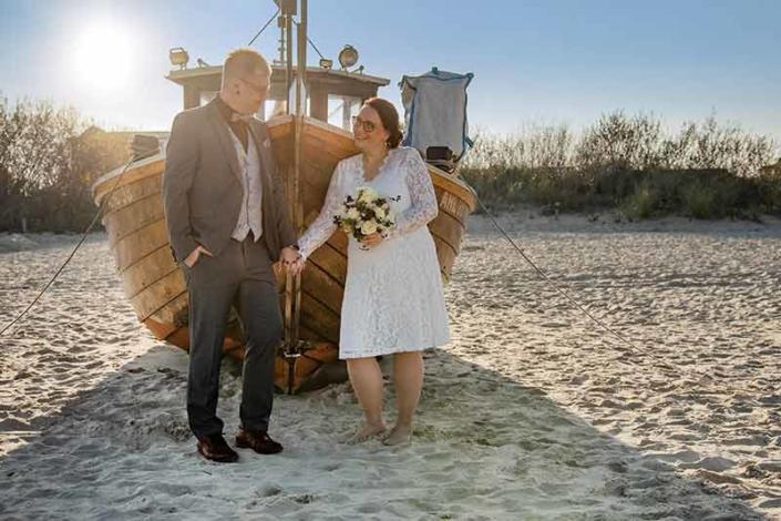 Brautpaar vor Boot auf der Insel Usedom