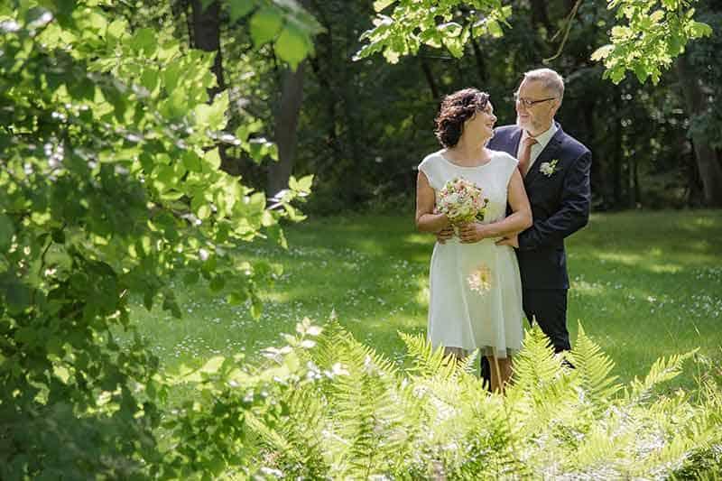 Brautpaar im Sonnenlicht im Wald
