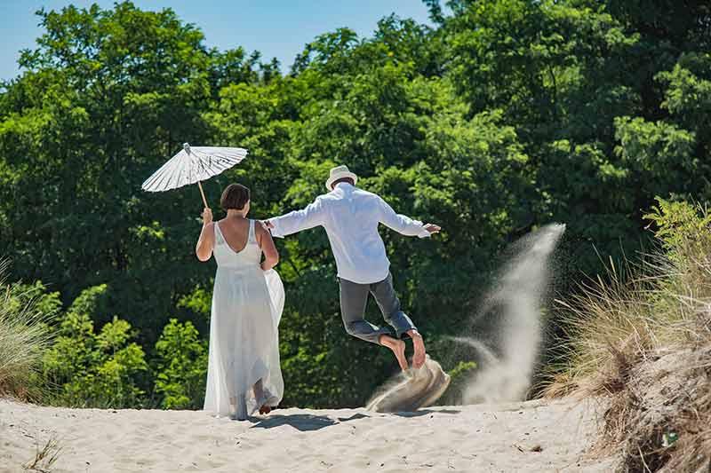 Bräutigam springt im Sand
