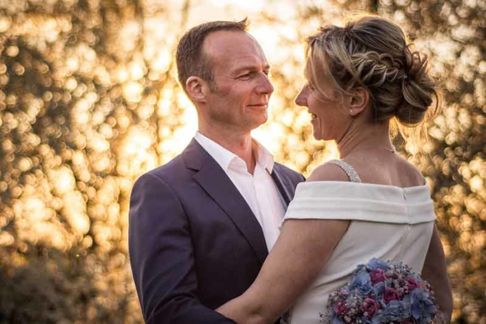 Brautpaar im Gegenlicht Hochzeitsfoto