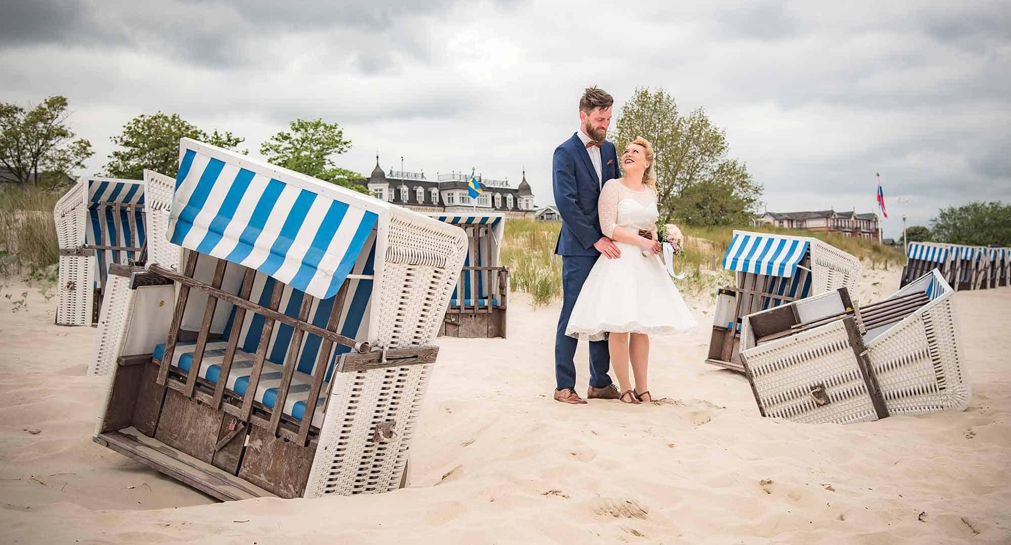 Brautpaar zwischen umgefallenen Strandkörben