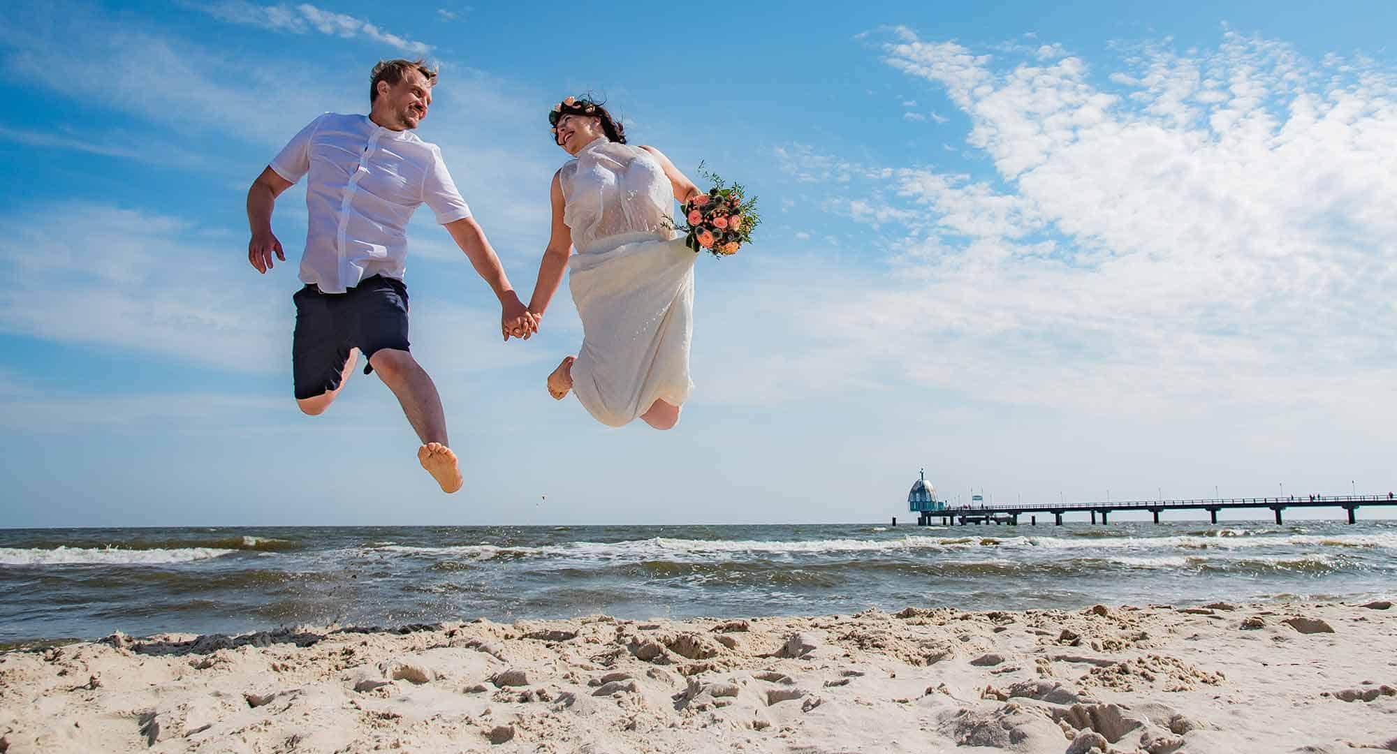 Brautpaar springt Hochzeit Insel Usedom