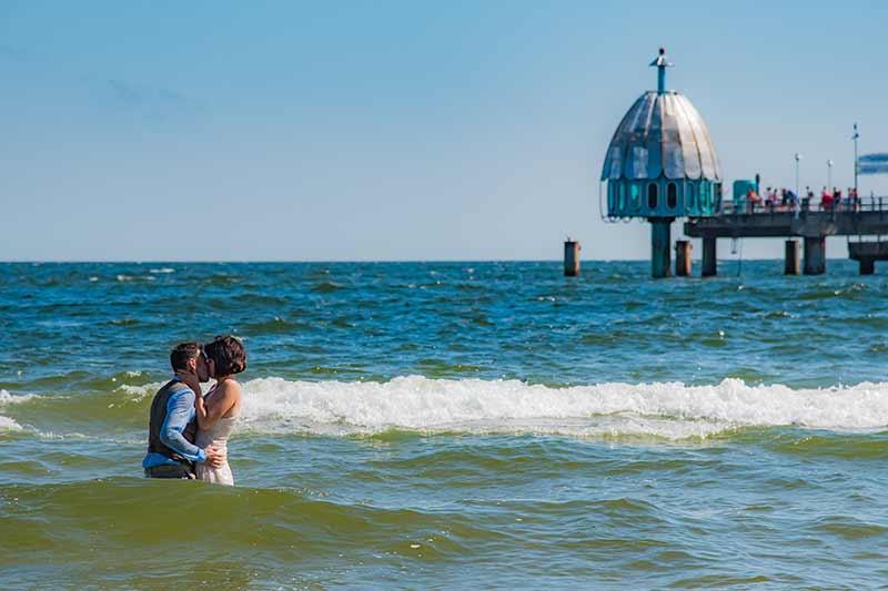 Brautpaar im Wasser vor der Seebrücke