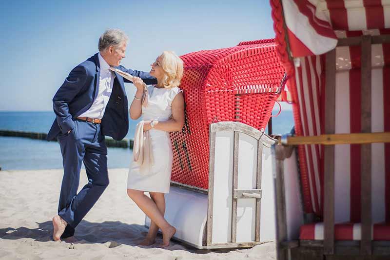 Brautpaar lehnt am Strandkorb