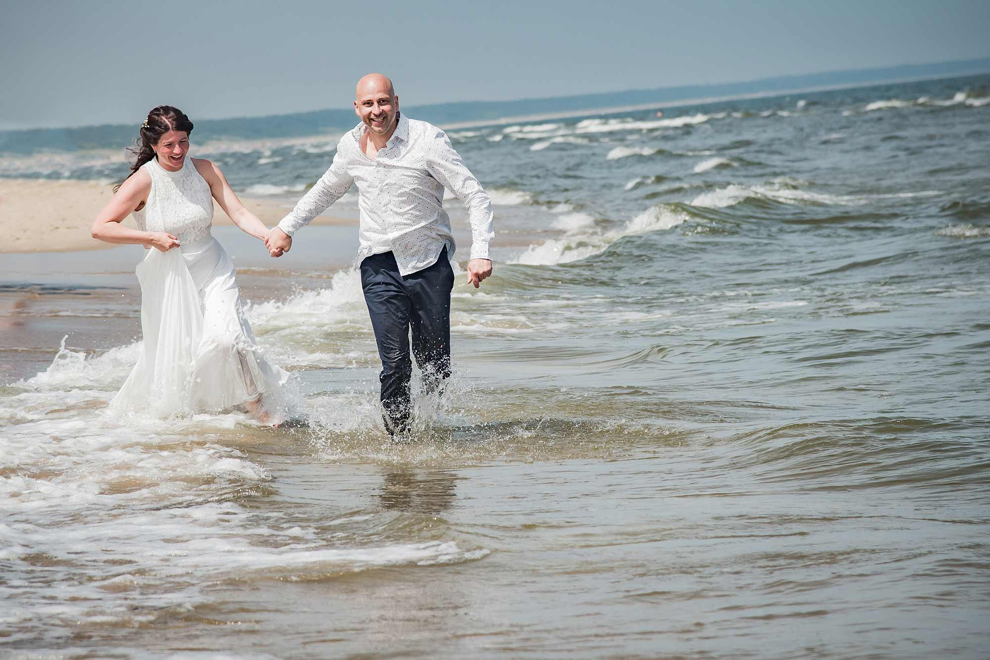 Hochzeitsfotograf Insel Usedom Trauung Brautpaar im Wasser