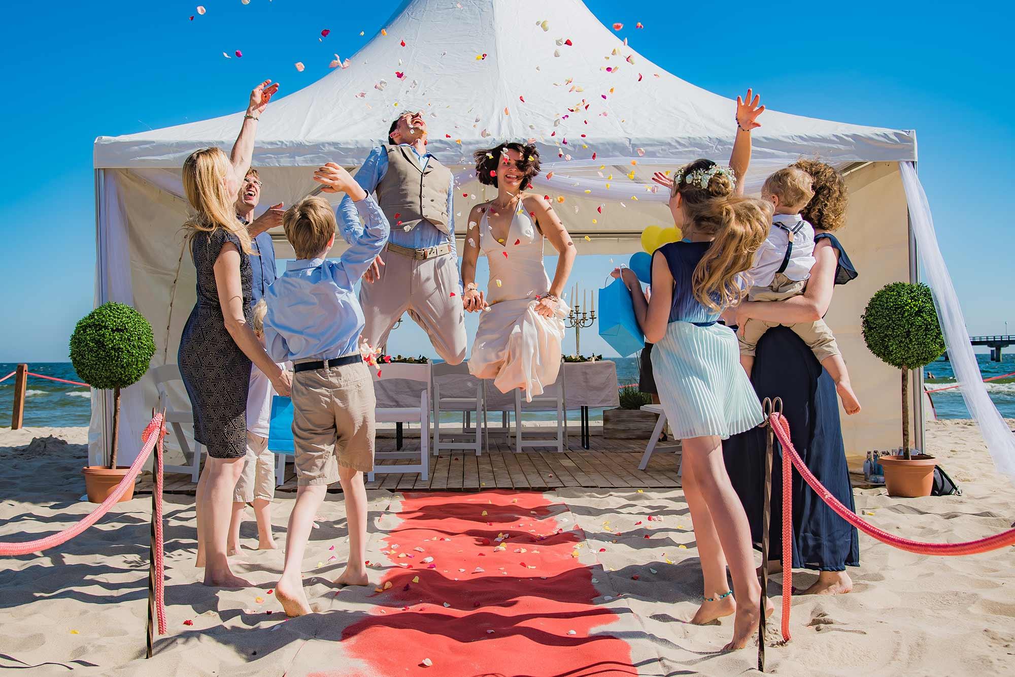 Hochzeitsfotograf Insel Usedom Trauung Brautpaar springt